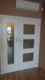 Бяла стъклена врата с две крила по индивидуална заявка