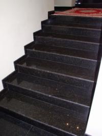 Черни каменни стъпала по поръчка