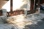 дървени огради със зидана основа
