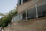 стълбищен парапет от алуминии и стъкло