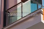 изработка на терасни иноксови парапети със синьо стъкло