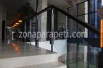 парапет дървен със преграда от стъкло