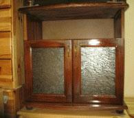 ТВ бар с остъклени врати