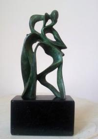 Авторска бронзова скулптура Момче и птица