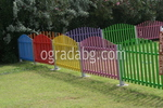 цветна цветна дървена ограда за детска площадка